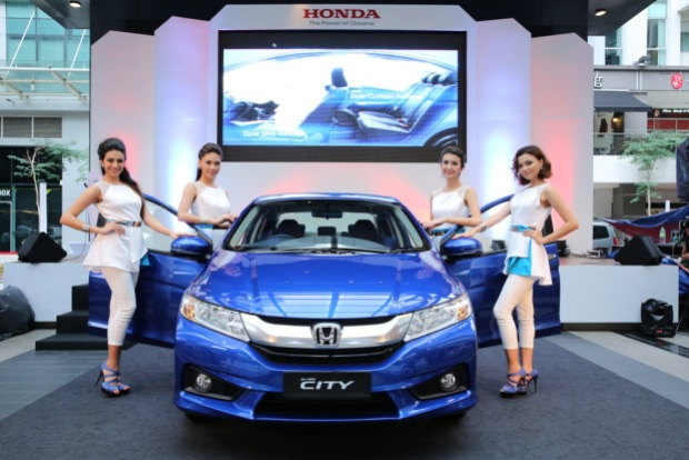 06 Models posing their hands on the All-New City