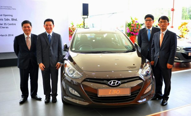 From L to R - Mr Dennis Ho, Mr Lau Yit Mun, Mr Sung Jung Kim and Mr Kim Hoo-Keun with the newly launched Hyundai i30