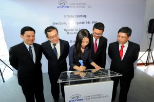 Signing of Plaque (L to R) Mr Lau Yit Mun, Mr Choon Yew Yoke, Ms Audrey Byun (Signing the Plaque),Mr Patrick Ling and Mr Dennis Ho