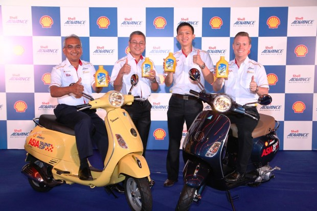 (L-R) Shell Msia Trading MD Tuan Hj Azman Ismail, Shell Lubricants Cluster Technical Mgr J P Requejo, Cluster Marketing Mgr Alex Lim and Cluster General Mgr Troy Chapman with the new Shell Advance AX 5 4T Scooter Oil