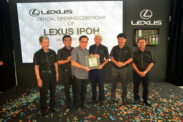 4. Presentation of gift to new customer (Mr Tan Chong San)