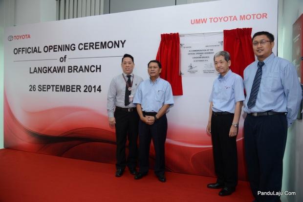 1. Signing plaque by Datuk Ismet Suki (President, UMWT) & Datuk Takashi_ Hibi (Deputy Chairman, UMWT)