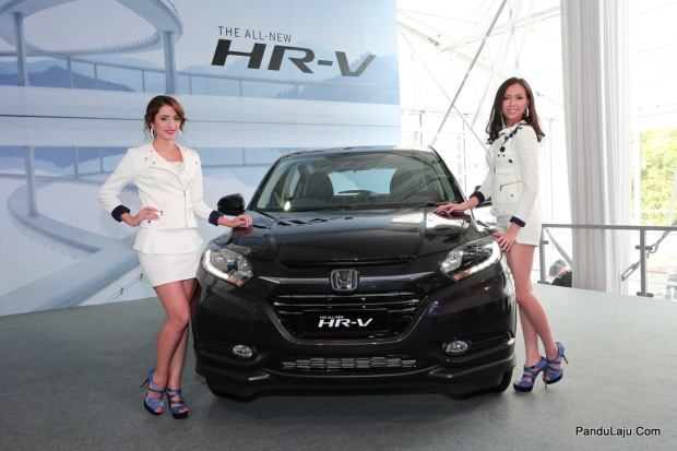 04 Models posing with the All-New HR-V