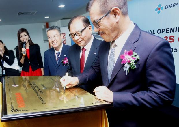07 Plaque signing by Datuk Bandar of Johor Bahru