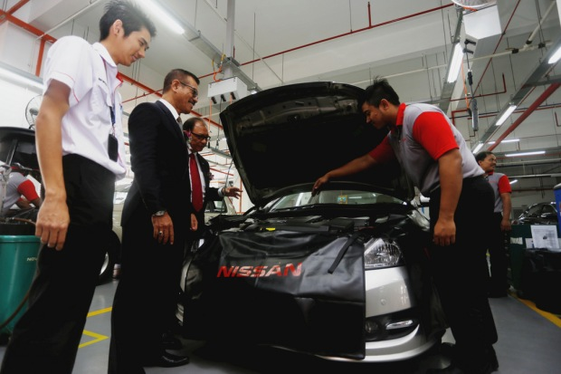 09 Datuk Bandar of JB and DDABB is inspecting the car at the Service Centre
