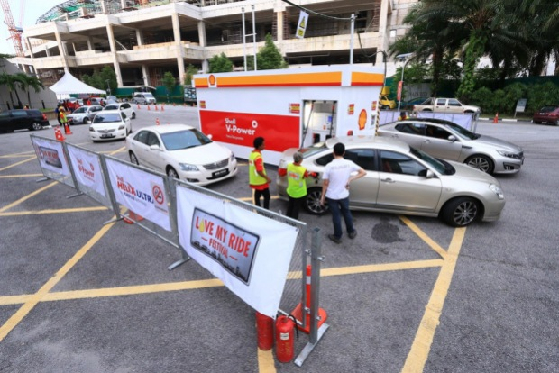 A Shell Mobile Fuel Dispenser was used to fill lucky participants' cars with free Shell V-Power Racing fuel