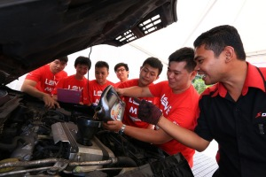 A team of 100 mechanics from Despark College and Shell Helix branded workshops handled the 500 oil changes at Love My Ride Festival