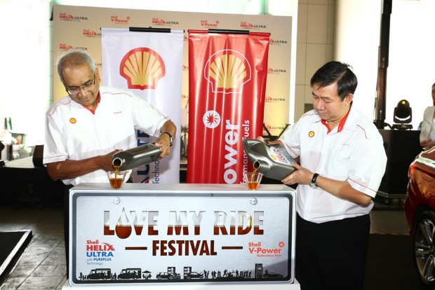 Shell Malaysia MD Tuan Haji Azman Ismail and Shell Lubricants GM Leslie Ng pour Shell Helix Ultra to symbolically open the Love My Ride Festival