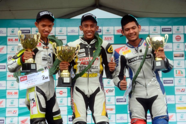 Harith Farhan centre, Amirul Hakim left and Qhuwarismi right on the WIRA podium at Teluk Intan